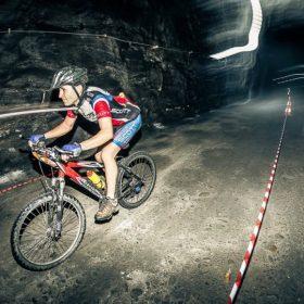 Sute de oameni cu suflet mare pedaleaza printr-o mina de sare pentru a salva viata unui copil