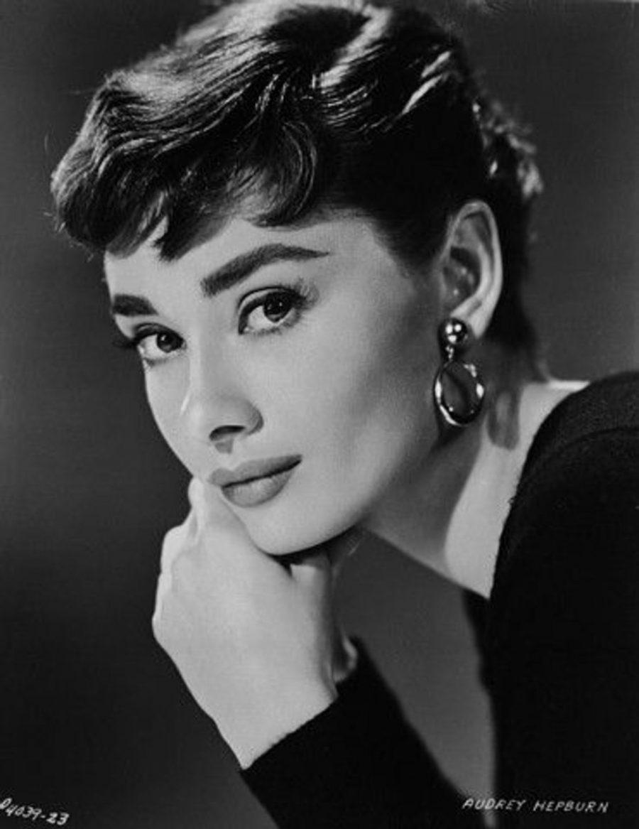 Audrey Hepburn – o femeie cu ochelari de soare, imbracata elegant
